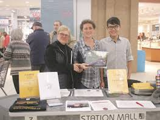 IMAGE OF CAPT MEMBERS SELLING CALENDARS AT STATION MALL